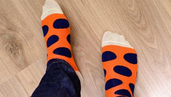 Las medias o calcetines sí son muy importantes para proteger tus pies, usa de preferencia los que estén hechos de fibras naturales y sean de un grosor medio. (Foto: Pixabay)