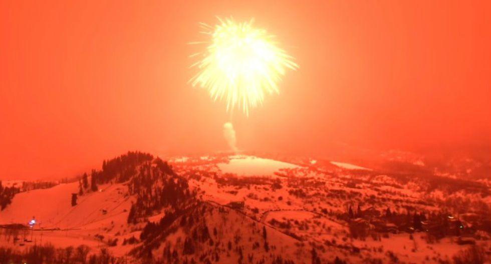 El proyectil, que midió metro y medio y pesó 1265 kilos, explotó en lo alto de un monte de Colorado (Estados Unidos). (Foto: Captura)