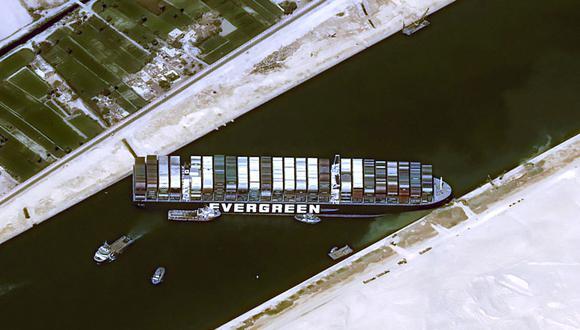El Ever Given está impidiendo el tráfico por el Canal de Suez en ambas direcciones. (AFP).