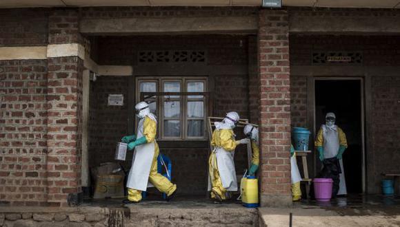 Trabajadores médicos desinfectan y realizan controles médicos dentro del pabellón de pacientes con el virus del Ébola no confirmado dirigido por la ALIMA, en Beni. (Foto: AFP)