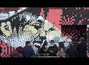 Roma inaugura el primer mural con un beso homosexual de Italia