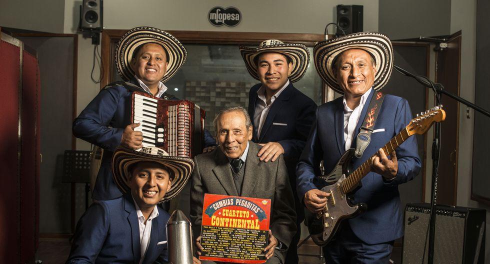 Maraví, al centro, es rodeado por Anthony Castilla (voz y güira), Gerson Joel Quispe (acordeón), Erick Napa (voz principal) y Gerson Quispe (guitarra).  (Foto: Elías Alfageme)