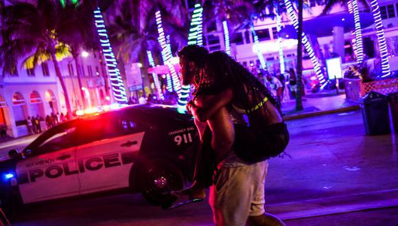 Imagen referencial. La policía de Miami Beach escolta a las personas en Miami, Florida, el 26 de marzo de 2021. (CHANDAN KHANNA / AFP).