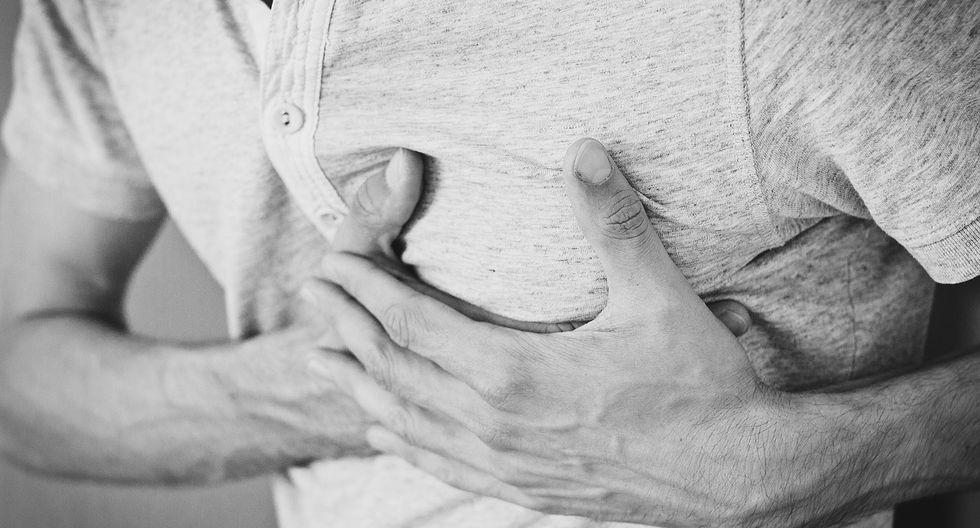 Entre los síntomas, se encuentra el dolor y opresión en el pecho. (Foto: Pixabay)