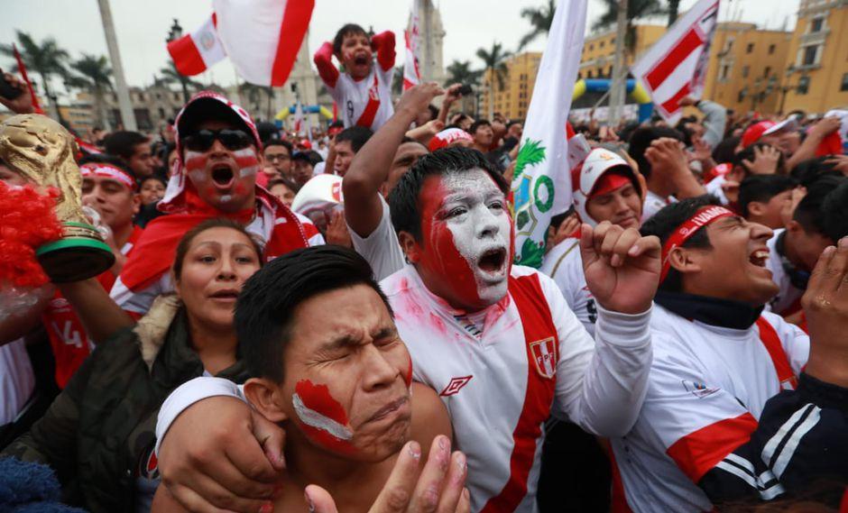 La Municipalidad de Lima instaló una pantalla gigante en la Plaza de Armas para que los hinchas vean el Perú vs. Dinamarca. (Lino Chipana / El Comercio)