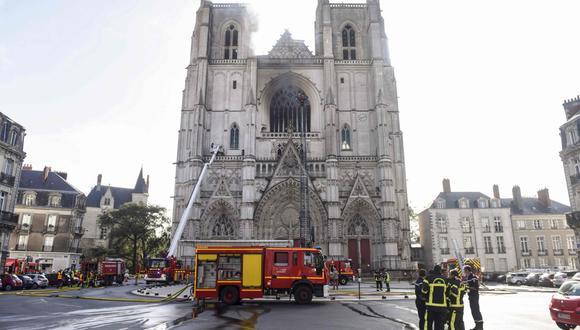 Fotografía del 18 de julio de 2020, los bomberos están trabajando para apagar un incendio en la catedral de Saint-Pierre-et-Saint-Paul en Nantes, oeste de Francia. (Foto: AFP / Sebastien SALOM-GOMIS).