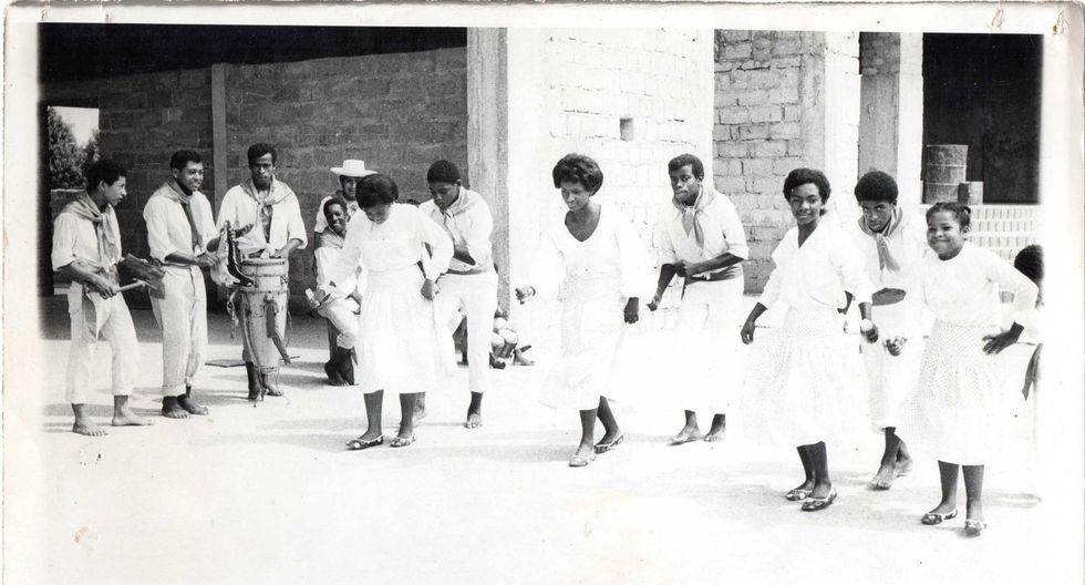 Agrupación Cañete Negro (1971), es representación de la provincia. En sus inicios varias familias afroperuanas la integraron, su director Román Fernández, músicos y danzantes: los Zegarra, Joya, Verástegui, Flores, Reyna, entre otros. (Foto: Colectivo Sur-real)