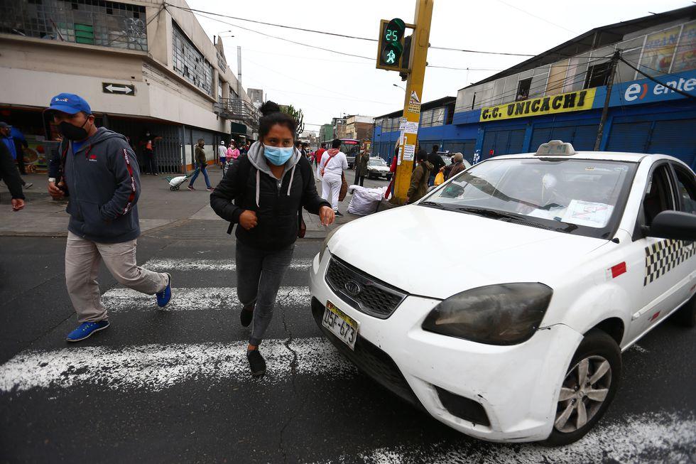 Los transeúntes deben sortear los vehículos. (Foto: Hugo Curotto/GEC)