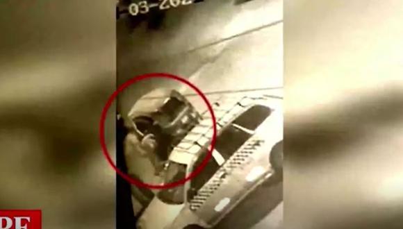 Mototaxista fue captado por cámaras de seguridad cuando abandonó cuerpo de hombre que previamente había sido atacado a balazos en Independencia. (Foto: Captura América Noticias)