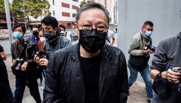 """El profesor de derecho de Hong Kong y activista prodemocrático Benny Tai llega a la comisaría de Ma On Shan, donde él y otros 46 disidentes fueron acusados de """"conspiración para cometer subversión"""". (Foto de ISAAC LAWRENCE / AFP)."""