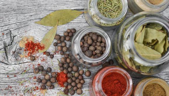 Muchas especias además de aportar aroma y sabor tienen beneficios comprobados a la salud que hasta un remedio casero puedes hacer (Foto: Pixabay)
