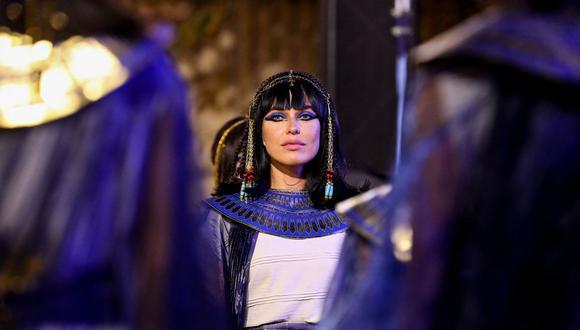 Artistas vestidas con trajes del antiguo Egipto esperan el comienzo del desfile de 22 momias reales que parten del Museo Egipcio en la Plaza Tahrir de El Cairo el 3 de abril de 2021, de camino a su nuevo lugar de descanso en el nuevo Museo Nacional de la Civilización Egipcia. (Foto de Mahmoud KHALED / AFP).