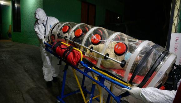 El paramédico de la Cruz Roja Mexicana Juan Carlos González traslada a un paciente de coronavirus COVID-19 a una sala de emergencias en Naucalpan, México, el 7 de enero de 2021. (Foto de ALFREDO ESTRELLA / AFP).