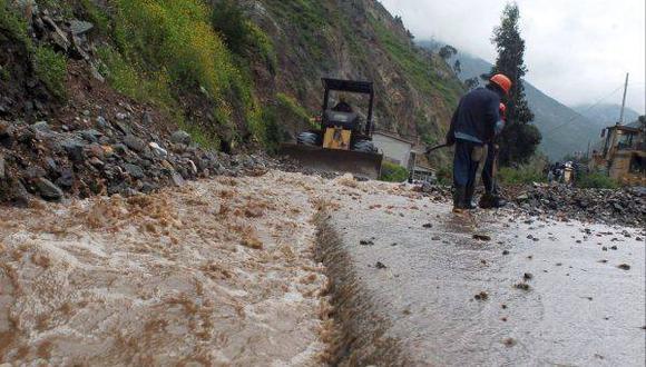 Turistas varados en carretera de Paucartambo fueron evacuados