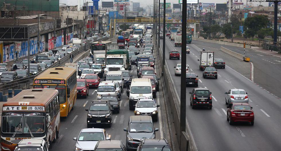 Miércoles 17 de junio, 9:30 a.m. El tráfico en la Panamericana Norte se extiende por más de cinco kilómetros, desde Megaplaza hasta la altura del puente Santa Rosa. Buses, autos y motos ocupan cinco carriles. (Foto: Hugo Curotto)