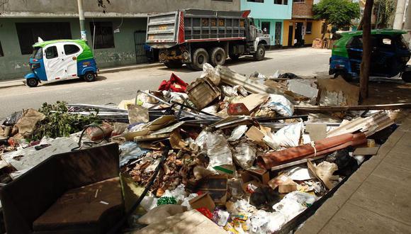 Ayer, las calles y avenidas del distrito lucieron repletas de montículos de basura (Foto: Leandro Britto)