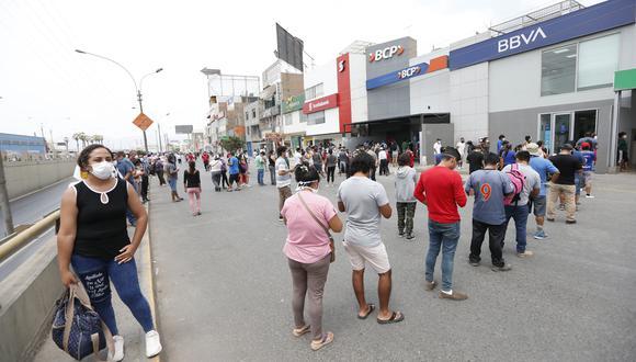 Diariamente se acercan ciudadanos a las agencias bancarias a cobrar el bono de S/ 380. (Foto: GEC)