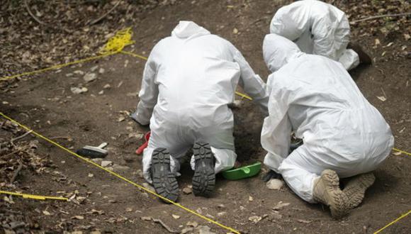 La búsqueda de restos humanos se hace a mano. Foto: Mónica Gonzales, via BBC Mundo