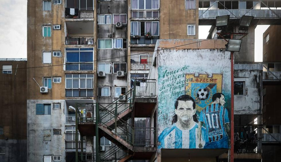 Fotografía de un mural con la imagen del jugador argentino Carlos Tevez en el barrio Fuerte Apache. (EFE/Juan Ignacio Roncoroni).