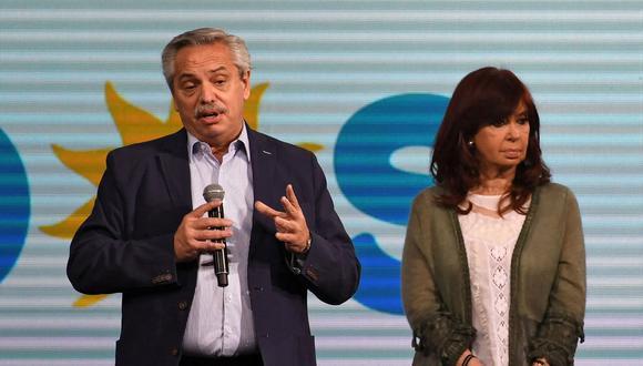 El presidente de Argentina, Alberto Fernández, junto a la vicepresidenta Cristina Kirchner tras el resultado de las PASO 2021. (MAXIMILIANO LUNA / TELAM / AFP).