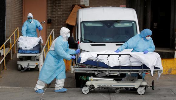 Trabajadores sanitarios trasladas el cadáver de una persona que falleció a causa del coronavirus COVID-19 en el Centro Médico Wyckoff Heights, en Nueva York. (Reuters / Brendan Mcdermid)