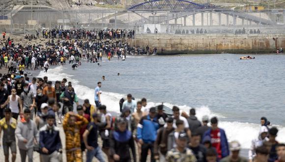 Migrantes entre Marruecos y el enclave español de Ceuta el 18 de mayo de 2021 en Castillejos. (FADEL SENNA / AFP).