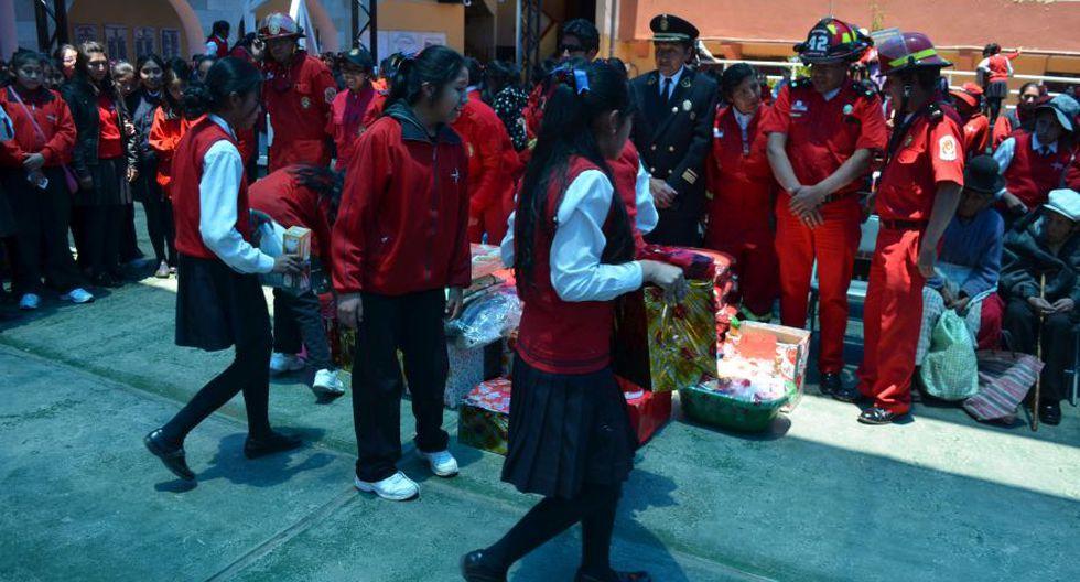 Puno: alumnas recolectan dinero y donan objetos a bomberos - 2