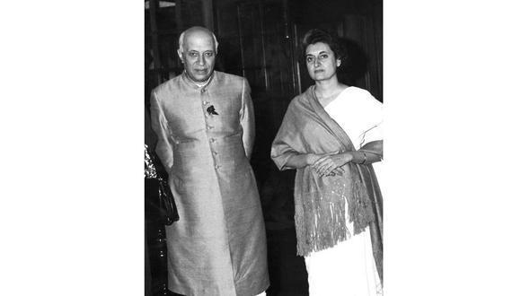 25 de febrero de 1961. El entonces primer ministro indio Pandit Jawaharlal Nehru posa con su hija Indira Gandhi en Nueva Delhi. [Foto: AFP]