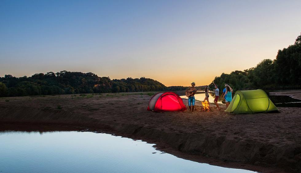 Campamento. Termina tu recorrido en San Ignacio con una visita la playa Los Cocos a 579 msnm. Playa natural de arena blanca, rodeada de vegetación y con aguas cristalinas del río Chinchipe, en la que puedes disfrutar de la  brisa y la pesca deportiva. Además, puedes acampar y pasar un fin de semana de aventura. Foto: Shutterstock.