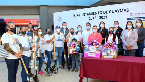 Las autoridades del municipio de Guaymas regalaron palas, cubetas y otros enseres a mujeres que buscan a sus familiares desaparecidos. (Foto: Facebook municipio de  Guaymas)