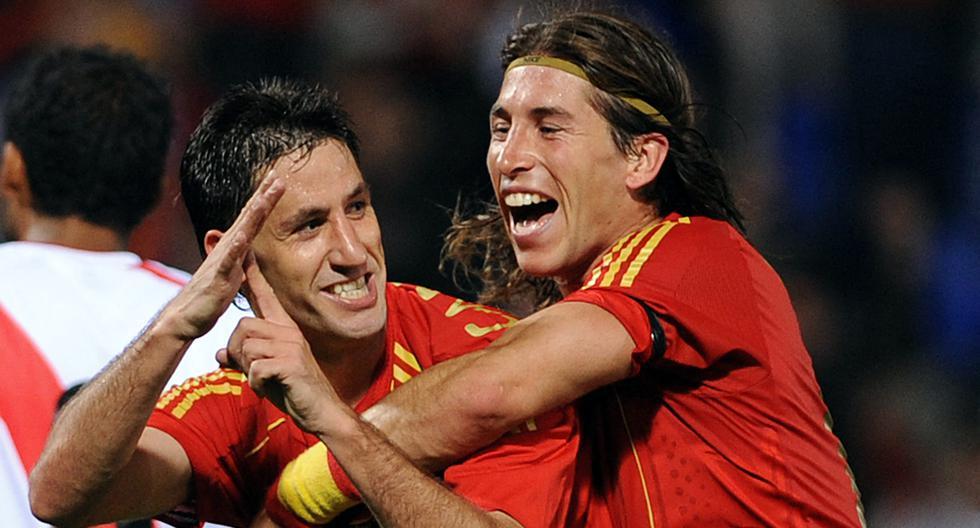 Capdevila celebrando su gol a Perú junto a Sergio Ramos (Photo by CRISTINA QUICLER / AFP)