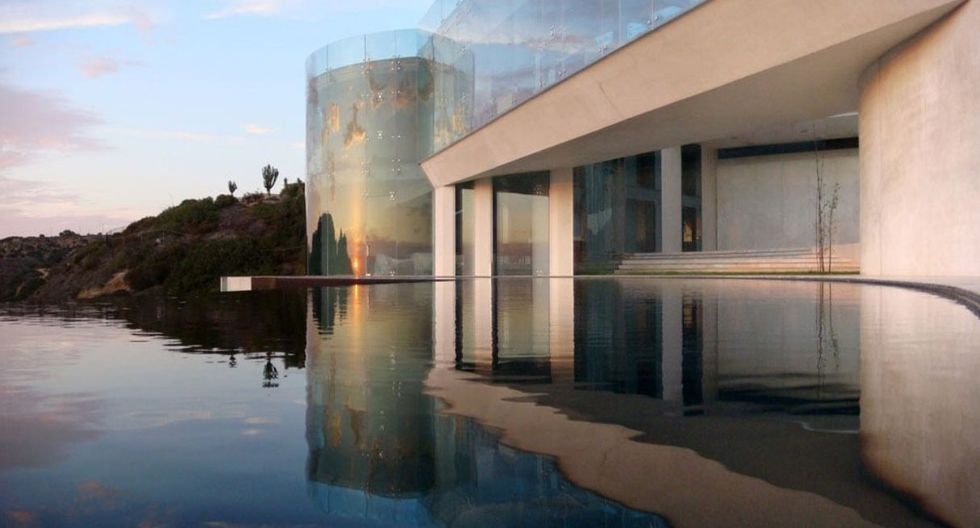 Además, tiene una piscina infinita que juega perfecto con el cielo. (Foto: therazorhouse.com)