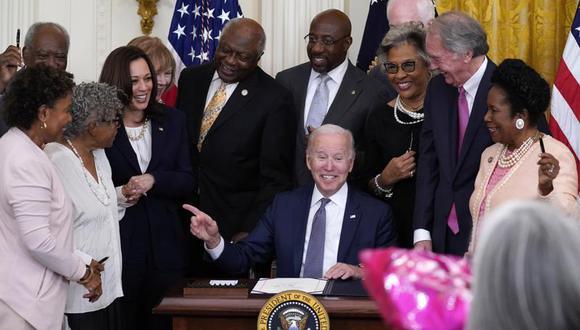 El presidente Joe Biden señala a la activista Opal Lee tras firmar la Ley por el Día Nacional de la Independencia en la Sala Este de la Casa Blanca, en Washington. (Foto AP / Evan Vucci).
