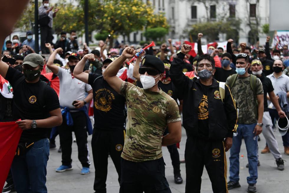 Un gran número de licenciados de las Fuerzas Armadas del Perú llegaron esta tarde a la Plaza San Martín, ubicada en el Cercado de Lima, para protestar por la crisis política que afronta el país. (Foto: Jesús Saucedo /@photo.gec)