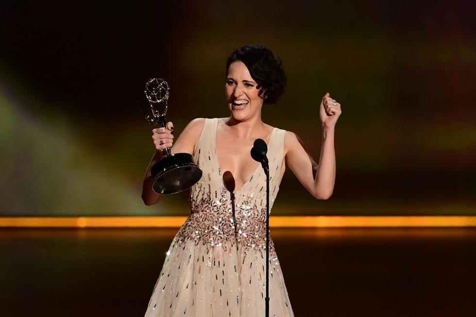 """Phoebe Waller-Bridge recibiendo su Emmy por """"Fleabag""""."""