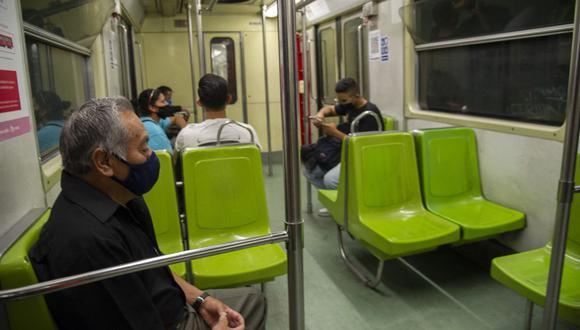 Las personas que viajan en el metro de la Ciudad de México dijeron que estaban preocupados por su seguridad pero que no tenían otra opción que usar la red. . (Foto de CLAUDIO CRUZ / AFP).