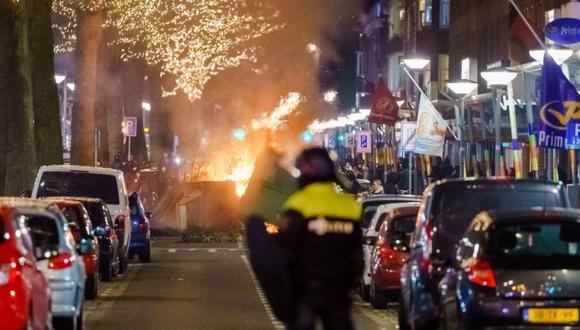 Un gran grupo de jóvenes choca con la policía en Beijerlandselaan en Rotterdam. (Foto: Marco de Swart / ANP / AFP) / Holanda OUT).
