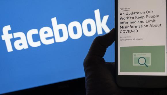 La imagen muestra una nueva política sobre información errónea de Covid-19 de Facebook. (Foto: ANDREW CABALLERO-REYNOLDS / AFP)