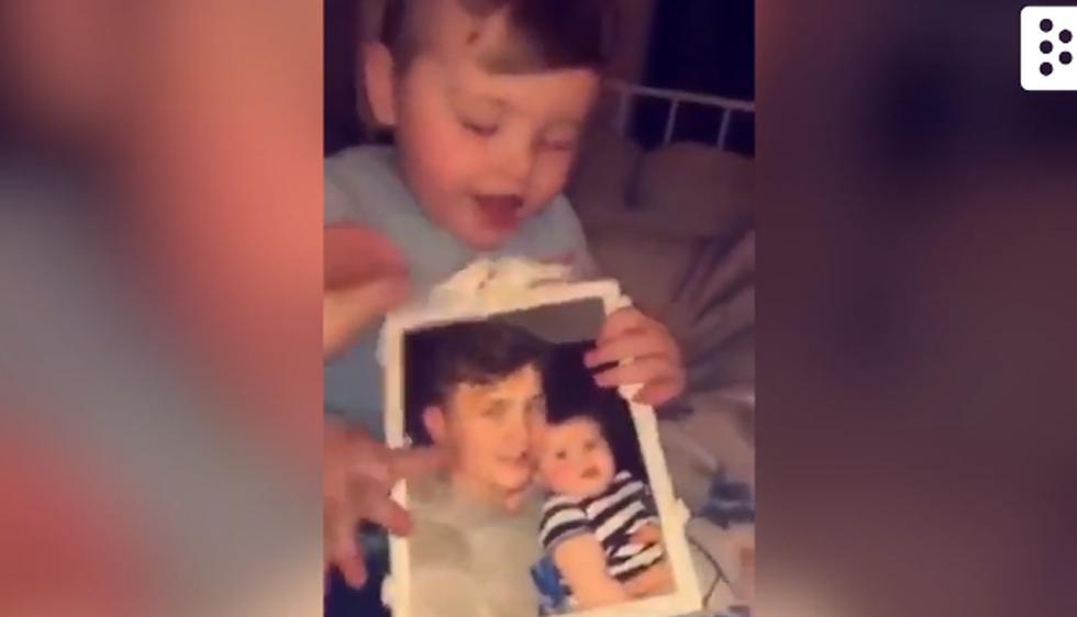 Este video de Facebook te muestra la reacción de una pequeña al ver la foto de su padre y 'algo' que la llama en la ventana. | Facebook