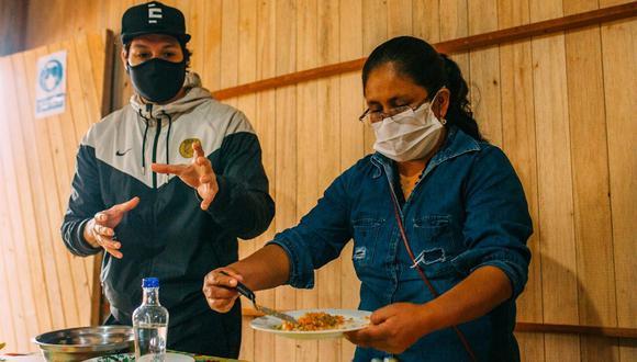 El chef Palmiro Ocampo junto a Enma Arzapalo, cocinera capacitada por Ccori.