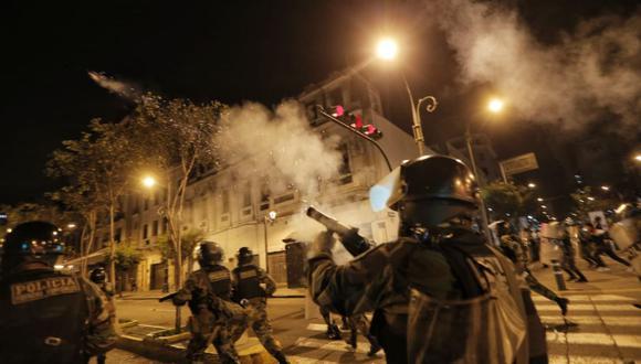 Los policías han lanzado bombas lacrimógenas para dispersar a los manifestantes. (Foto : Andrés Paredes/ @photo.gec)