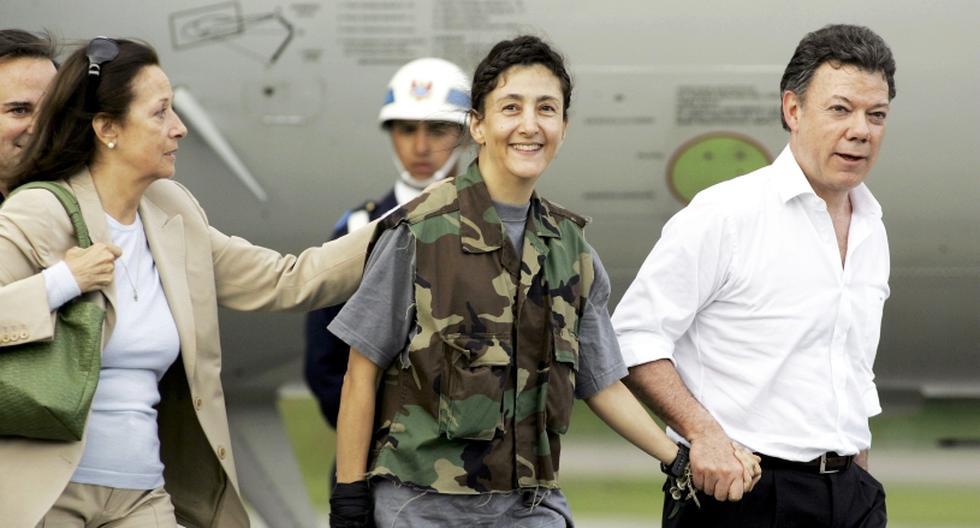 Íngrid Betancourt en el 2008, después del momento de haber sido liberada del poder de las FARC . En ese entonces Juan Manuel Santos era ministro de Defensa de Colombia. (Foto: AP/Fernando Vergara)