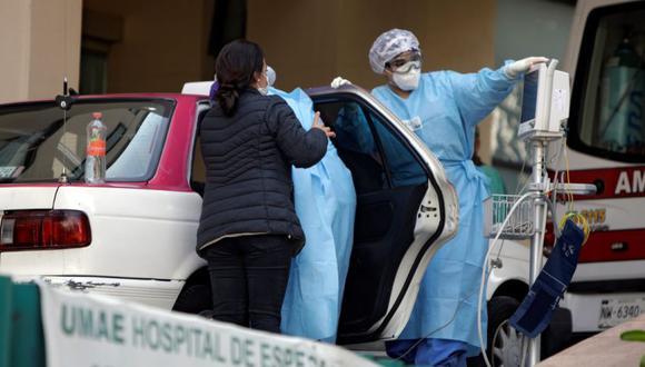 Trabajadores de salud intentan ayudar a un hombre inconsciente que muestra síntomas de la enfermedad por coronavirus (COVID-19) que fue llevado al Hospital General en un taxi, en la Ciudad de México. (Foto: REUTERS / Luis Cortes).