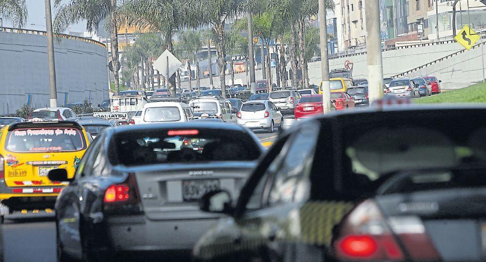 Conducir en momentos de alto tráfico en la avenida Javier Prado es un problema. En hora punta transitan por esa vía cerca de 16 mil vehículos por cada 60 minutos, según cifras del MTC del 2011. (Foto: Rolly Reyna / El Comercio)