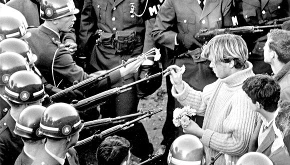 Flower power (1967), fotografía de Bernie Boston durante una manifestacion antibélica en Estados Unidos. (Foto: Bernie Boston/The Washington Post via Getty Images)