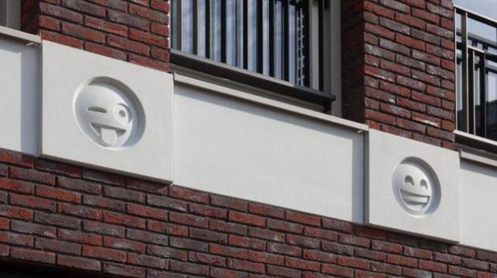 Arquitecto decora fachada de edificio con emojis de WhatsApp - 1