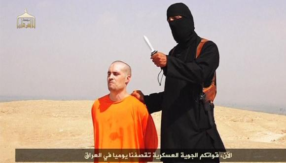 Un terrorista del Estado Islámico sostiene un cuchillo antes de asesinar al periodista estadounidense James Foley en Siria en agosto del 2014. (Reuters).