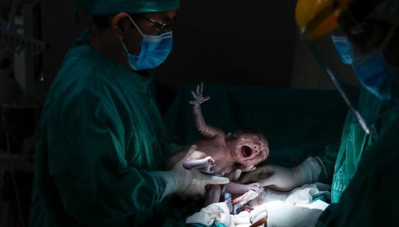El estado de emergencia por COVID-19 y las medidas de precaución han modificado el proceso de dar a luz. En los casos de gestantes con o sin diagnóstico positivo, los médicos extreman las medidas de seguridad. (Hugo Pérez / @photo.gec)