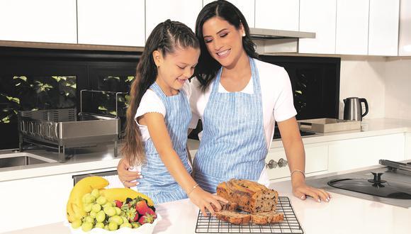 Copello posa con Catalina, la menor de sus tres hijos, en la cocina de su casa. (Fotos: Jimena Agois)