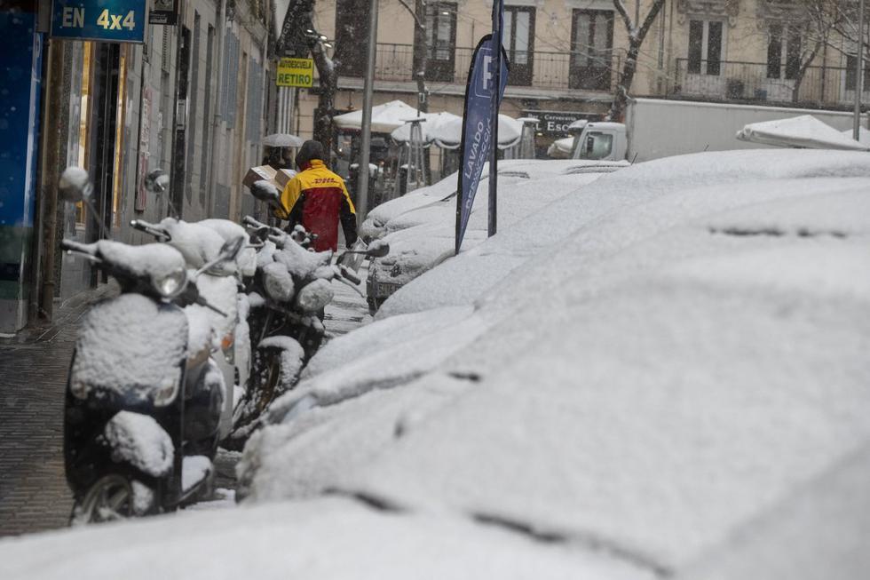 """El gran temporal de frío y nieve que afecta al centro de España, considerado """"histórico"""", ha provocado este viernes el cierre de numerosas carreteras, dificultades de tránsito en núcleos urbanos y demoras y anulaciones en el transporte ferroviario. Imagen de Madrid. (Texto: EFE / Foto: AP)."""